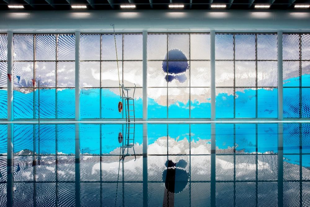 Vue du nageur et son reflet dans la piscine